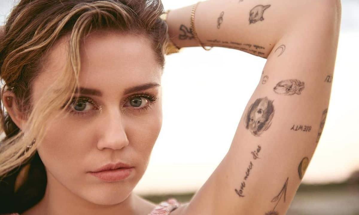 Miley Cyrus presume nuevo tatuaje, ¡con fuerte indirecta a Liam Hemsworth!