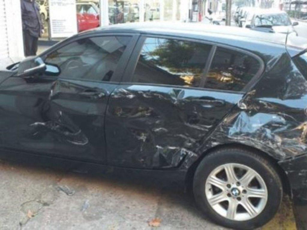 Encontró a su marido con otra y le destrozó el auto