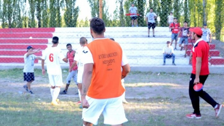 De no creer: jugadores de Independiente se trenzaron con los barras. VIDEO