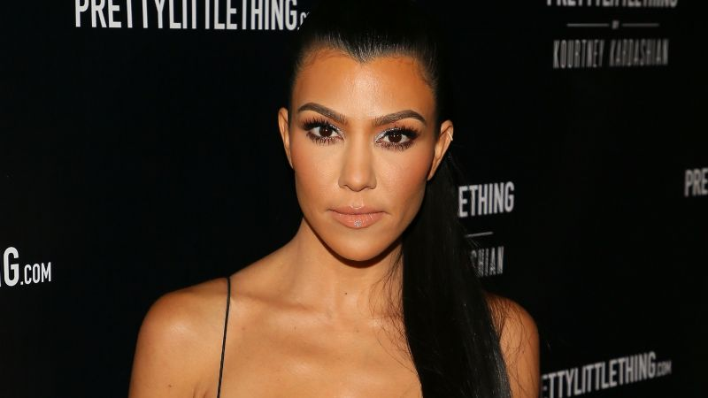 Kourtney Kardashian impacta en su papel James Bond