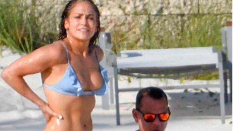 Jennifer López en bikini al natural en la playa
