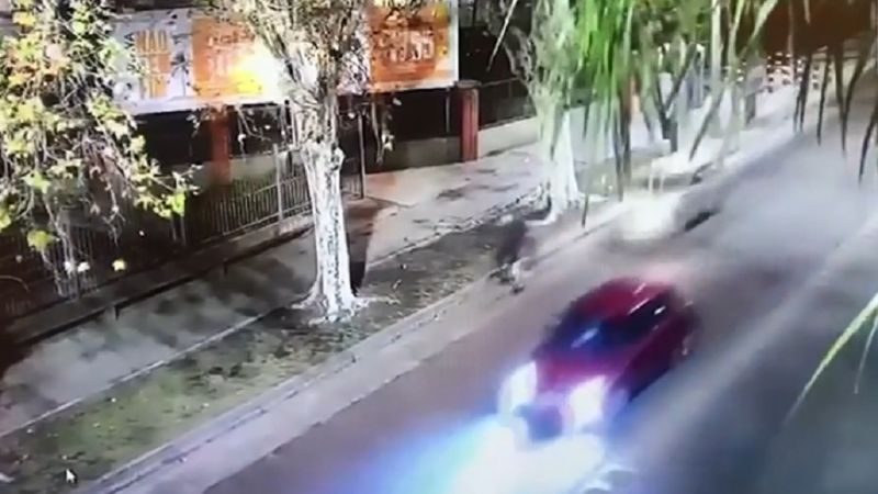 Accidente: Borracho atropelló a un ciclista, huyó y luego volvió a chocar. VIDEO